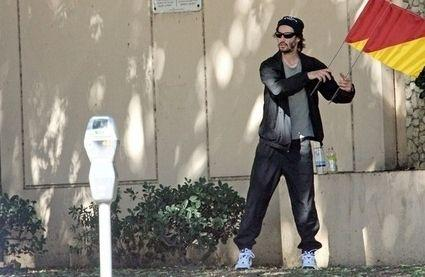 keanu-signaling-with-semaphore-flags-18840-1288418469-0.jpg