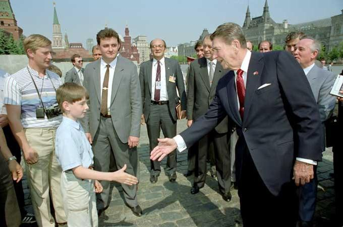 Peter Souza's Claim: KGB agent Vladimir Putin posing as family member out for a stroll during Ronald Reagan's '88 Russian trip